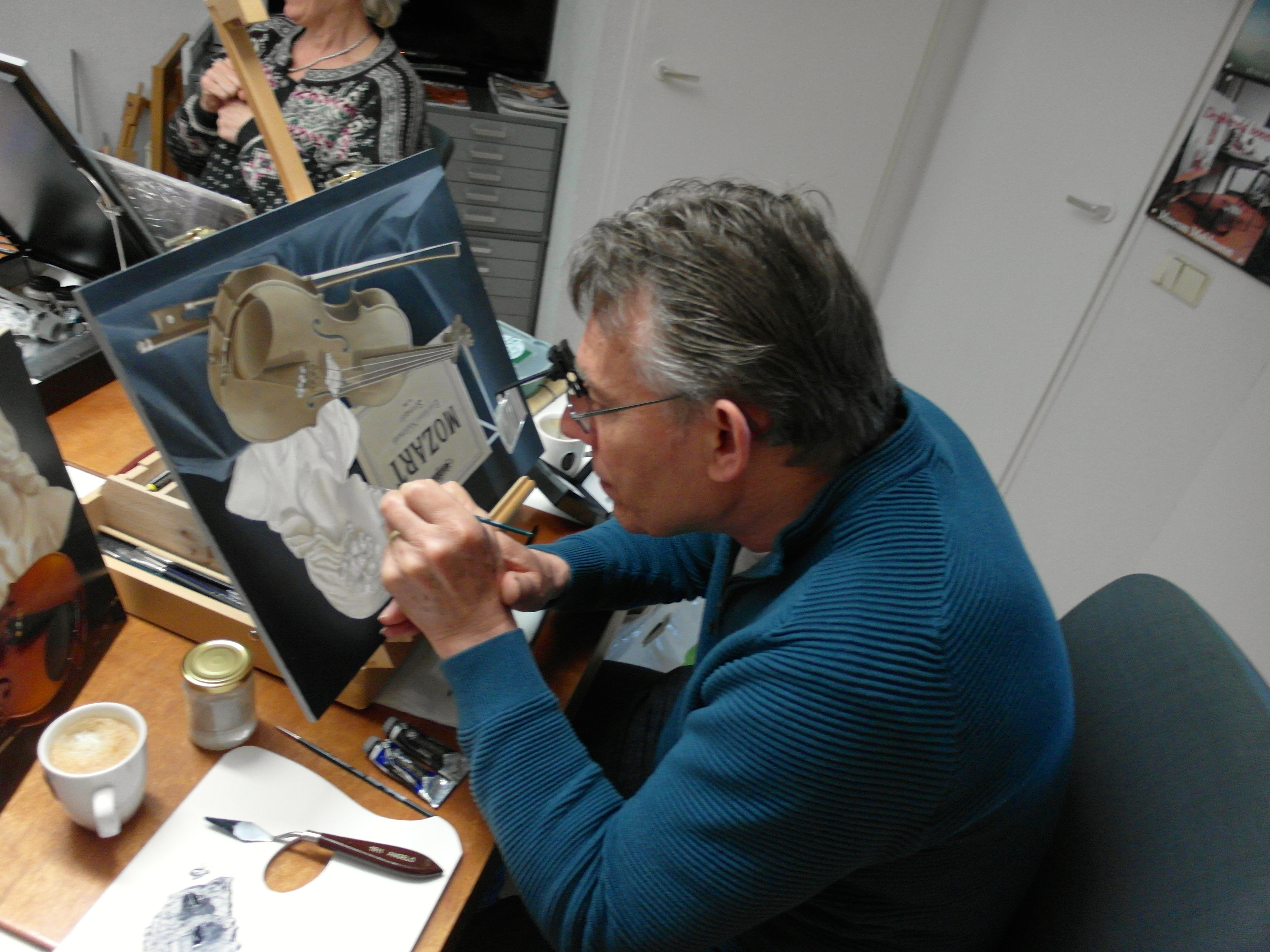 Fijnschilder Piet aan het werk, met loep!