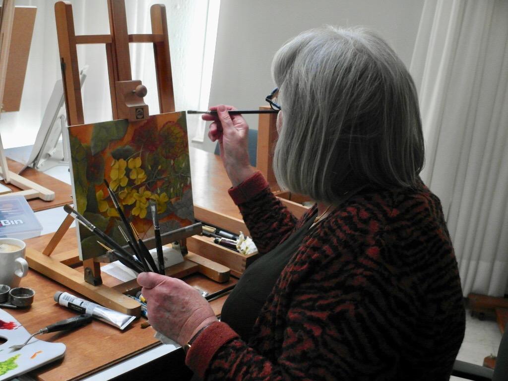Marianne voor haar ezel in Atelier Henk Sentel